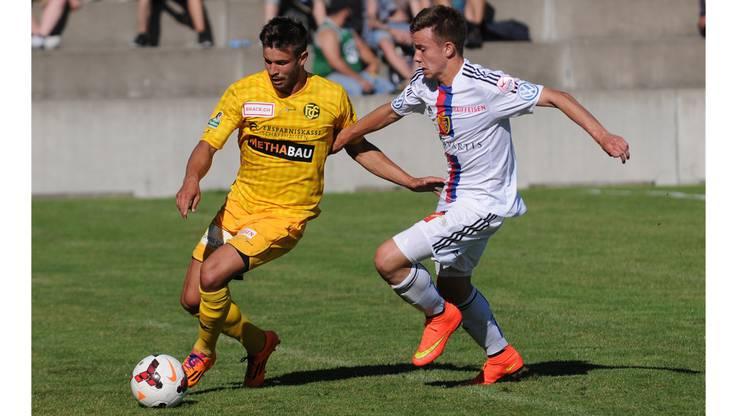 Basels Robin Huser gegen Schaffhausens Andre Concalves.
