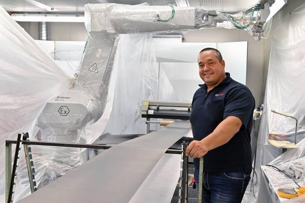 Bei der TopCoat GmbH arbeiten bis zu 25 Angestellte. Ein Drittel davon ist festangestellt. Geschäftsführer Marcel Steger führt durch den Betrieb.