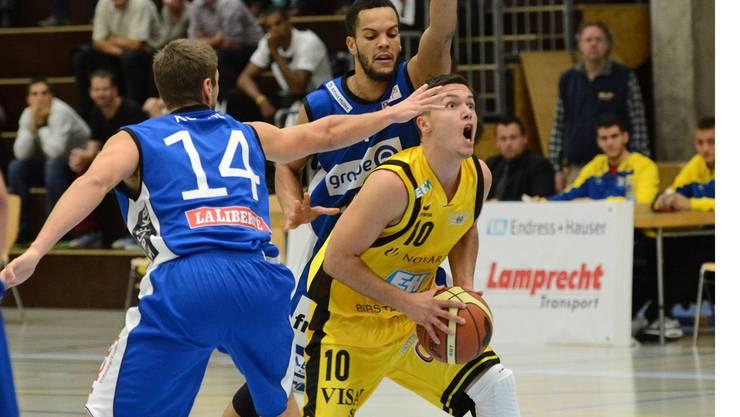 Starwings Stefan Petkovic (rechts) setzt sich kraftvoll durch gegen Fribourgs Roberto Kovac.