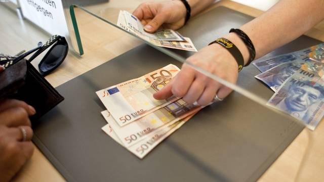 Der Euro hat zu Wochenbeginn gegenüber dem Franken und dem Dollar an Wert zugelegt (Symbolbild)