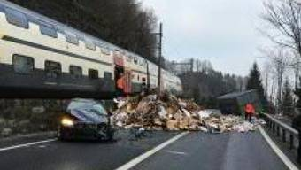 Bei Krattigen BE katapultierte ein Zug einen Container zurück auf die Strasse, den ein Lastwagen zuvor verloren hatte.