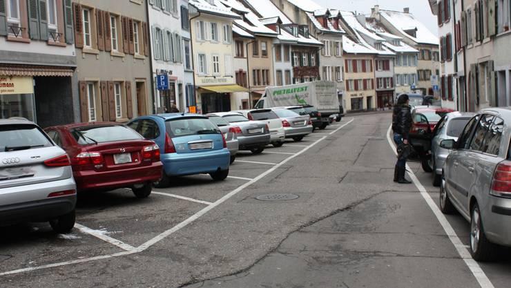 Die Parkplätze am Rande der Altstadt wie hier am Fischmarkt sind beliebt: Sie sind nah bei den Geschäften und in der ersten Stunde gratis. hi
