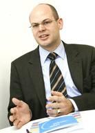 Experte für Gemeinnützigkeit und GesellschaftGeorg von Schnurbein (*1977) ist Professor für Stiftungsmanagement an der Wirtschaftswissenschaftlichen Fakultät der Universität Basel und Direktor des 2008 gegründeten interdisziplinären Center for Philanthropy Studies (CEPS). In Niederbayern aufgewachsen, studierte er Betriebswirtschaftslehre mit Nebenfach Politikwissenschaften an den Universitäten Bamberg, Fribourg und Bern und ist Verfasser zahlreicher Publikationen zu Themen wie Stiftungswesen oder Governance.