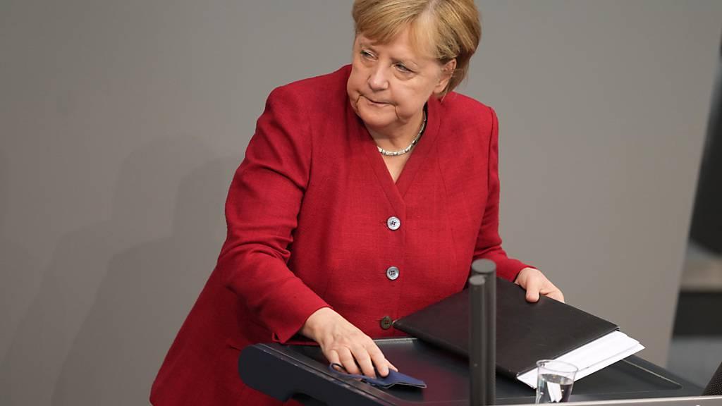 Bundeskanzlerin Angela Merkel (CDU) verlässt das Rednerpult bei der Sondersitzung des Bundestags nach ihrer Regierungserklärung zur Lage in Afghanistan. Foto: Kay Nietfeld/dpa