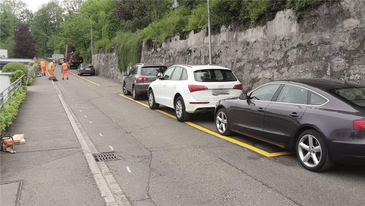 In den nächsten sechs Monaten ist diese Passage der Hertensteinstrasse wegen dieser provisorischen Parkfelder nur einspurig befahrbar.
