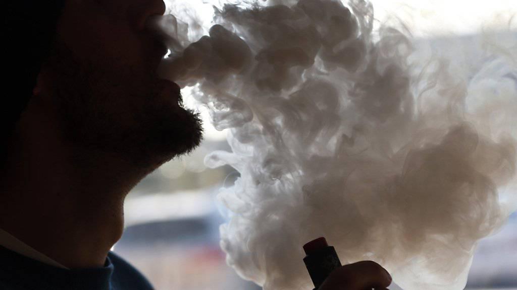 Ist bei vielen Jugendlichen beliebt, gilt aber als umstritten: Das Qualmen von E-Zigaretten. (Symbolbild)