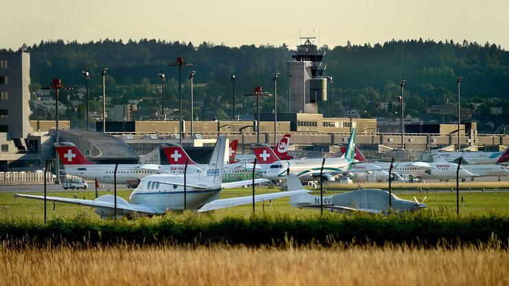 Hier, am Flughafen Zürich, starten  jeden Tag Hunderte Flugzeuge – auch mit Zielflughafen in der Schweiz.