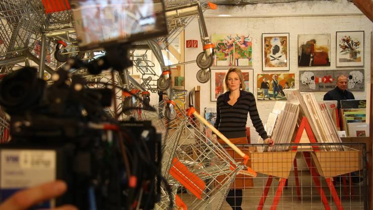 Moderatorin Eva Wannenmacher bei einer der vielen Einspielungen in der Rothus-Halle, wo gleichzeitig der Kunst-Supermarkt stattfindet.