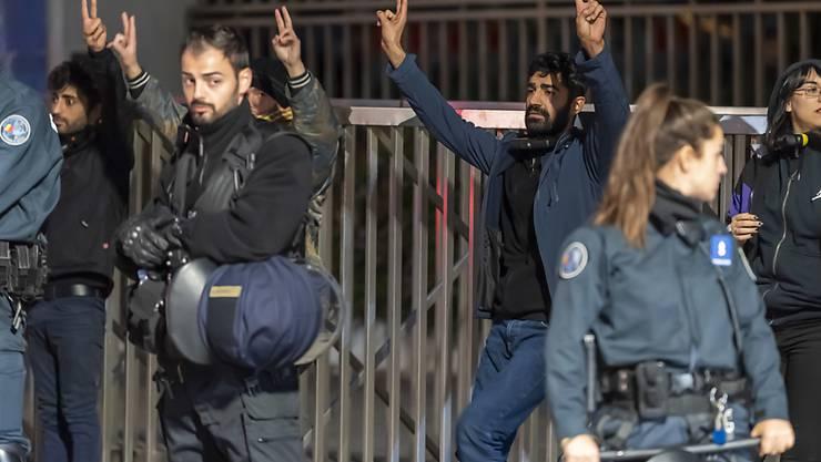 Ausgerechnet sie hat man nicht zu den Verhandlungen nach Genf eingeladen: die Kurden. Und dies, obwohl sie das Bürgerkriegsland überhaupt erst von den sunnitischen Fanatikern des sogenannten Islamischen Staates (IS) befreit haben (im Bild Mitglieder der kurdischen Diaspora in Genf vor der Uno).