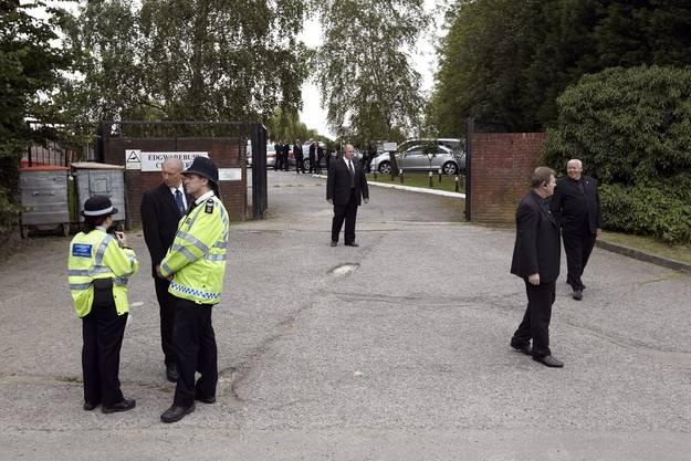 Sicherheitskräfte vor de Edgwarebury-Friedhof