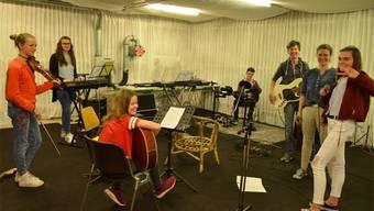 Eine Blogger-Gruppe dokumentierte die Projektwoche der Bezirksschule Möhlin – so auch die Proben der Schülerband. zvg