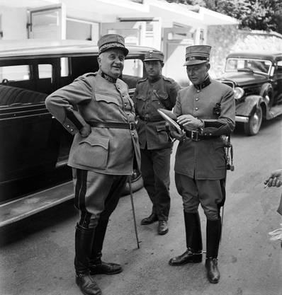 Eugen Bircher (l.), Arzt, Nationalrat und Divisionär, links, bei einer Manöverbesprechung mit Offizieren in Luzern (undatierte Aufnahme um 1938).