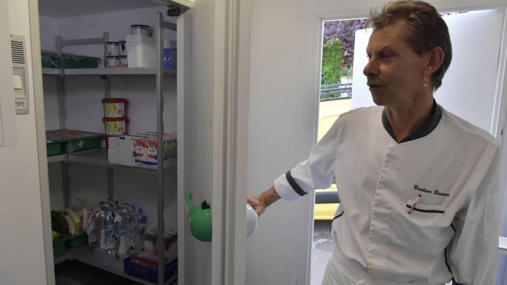 Küchenchef Cristian Dauner zeigt den Kühlraum im Provisorium, der wesentlich kleiner ist als in der alten Küche