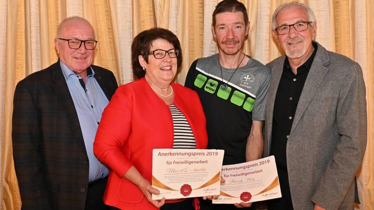 Margrit Buchwalder und Patrick Fluri sind die ersten Preisträger. Sie werden umrahmt von den Willi Sägesser-Stiftungsräten Ueli Brunner (l.) und Werner Hunziker (Präsident).