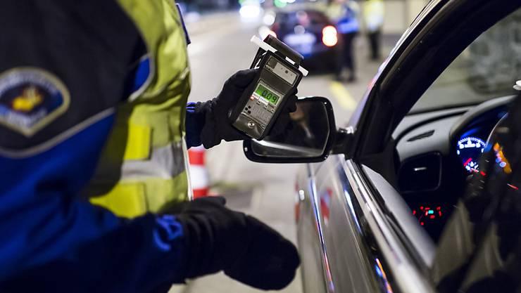 Wer nach einem positiven Alkoholtest den Führerschein behalten oder wiedererlangen will, muss sich in schweren Fällen einer verkehrsmedizinischen Kontrolle stellen. Das ist laut Preisüberwacher mit hohen Kosten verbunden. (Symbolbild)