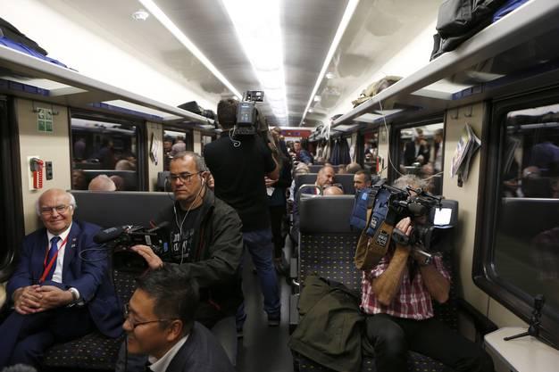 Medienschaffende halten die erste Fahrt durch den Gotthard mit Kameras fest