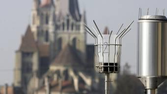 Eine Luftqualität-Messstation vor der Kathedrale in Lausanne
