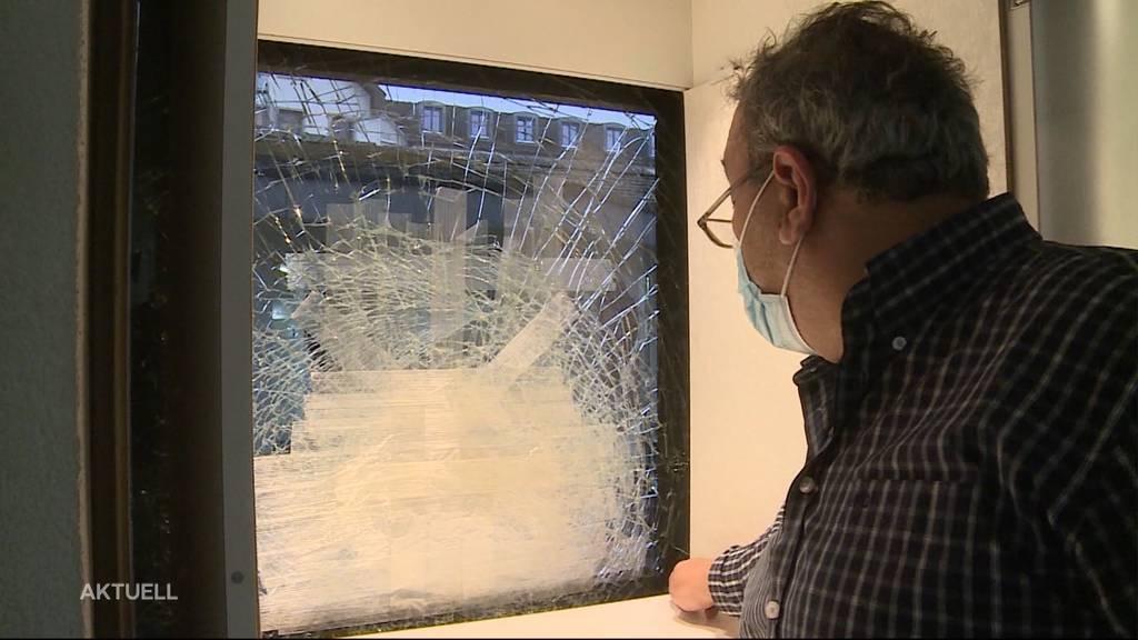 Diebe brachen in Reinach mit grosser Gewalt in eine Bijouterie ein