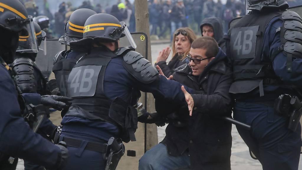 In Paris sind zwei Polizisten wegen übermässiger Gewalt bei den Protesten der «Gelbwesten» verurteilt worden. (Symbolbild)