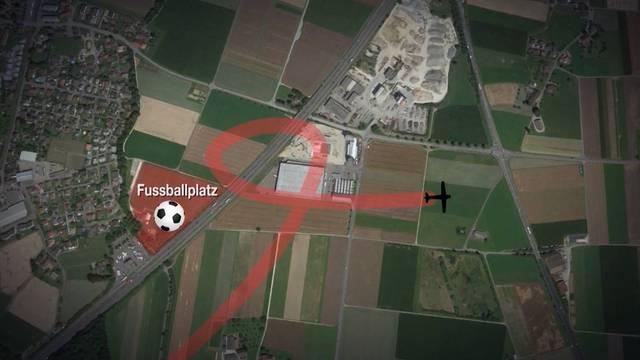Unglückspilot wollte zuerst auf dem Fussballplatz landen, doch der war von den Junioren des FC Kölliken besetzt.