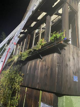 Die Laube eines Mehrfamilienhauses geriet in Brand.