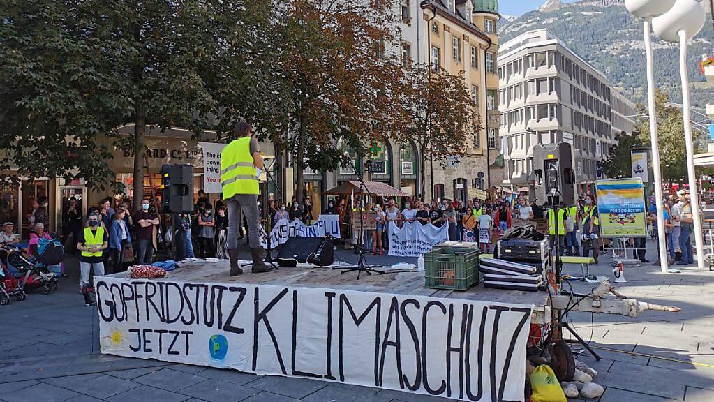 An einer Klimademonstration in Chur forderten am Samstag rund 150 Aktivistinnen und Aktivisten Klimagerechtigkeit.