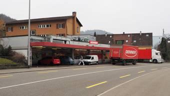 Letzte Vorbereitungen am Tag vor der Neueröffnung des Denners an der Bruggerstrasse.