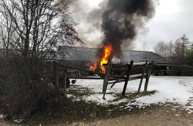 Bei einer Pferdepension in Ueken brach am Sonntagmorgen ein Brand aus.
