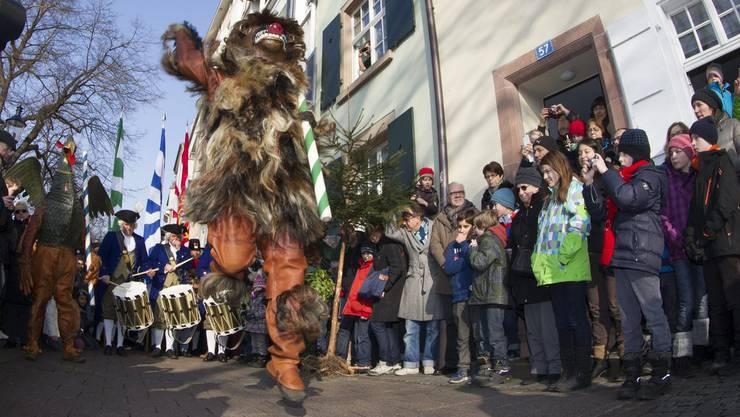 Der Wild Maa, Vogel Gryff und Leu, von links, tanzen am Rheinufer in Basel