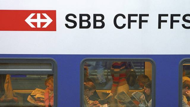Ein Zug blockiert die Strecke zwischen Wildegg und Brugg und beeinträchtigt den Bahnverkehr. (Symbolbild)