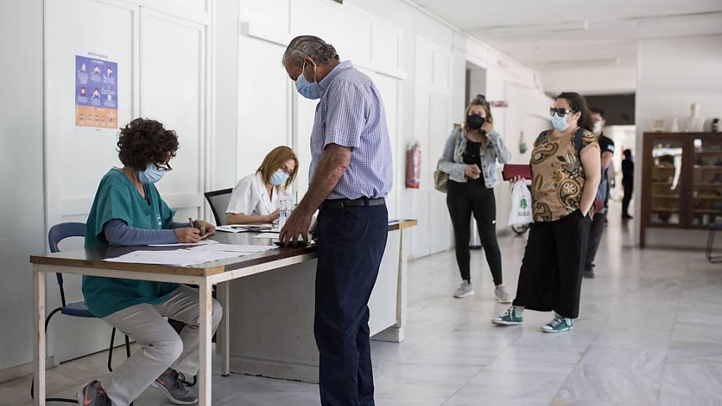 ARCHIV - Ein Einheimischer erhält im Impfzentrum von Milos Informationen für den Impfprozess, um sich mit dem Pfizer-Biontech-Impfstoff gegen das Coronavirus impfen zu lassen. Foto: Socrates Baltagiannis/dpa