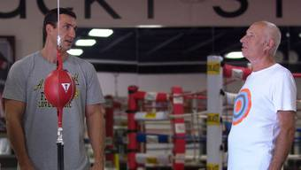 "Boxer Wladimir Klitschko links neben seinem Vater Wladimir senior im Dokumentarfilm ""Klitschko"" von Sebastian Dehnhardt (Foto: Majestic Filmverleih/dapd)"