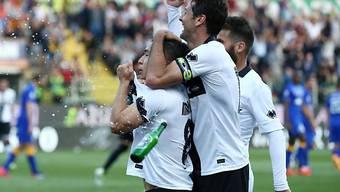 José Mauri (l.) uns seine Teamkollegen feiern Parmas 1:0