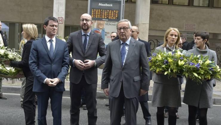 Schweigeminute für die Opfer der Anschläge: Frankreichs Premier Manuel Valls, Belgiens Premier Charles Michel und EU-Kommissionschef Jean-Claude Juncker (von links) bei der Metrostation Maelbeek in Brüssel.