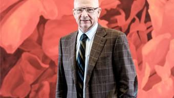 Galenica-Präsident Etienne Jornod vor einem Bild der deutschen Künstlerin Anne Loch im Hauptsitz von Galenica in Bern.