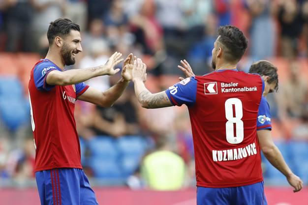 Endlich wieder Leader: Der FC Basel mit Kemal Ademi und Zdravko Kuzmanovic. (Peter Klaunzer/Keystone)