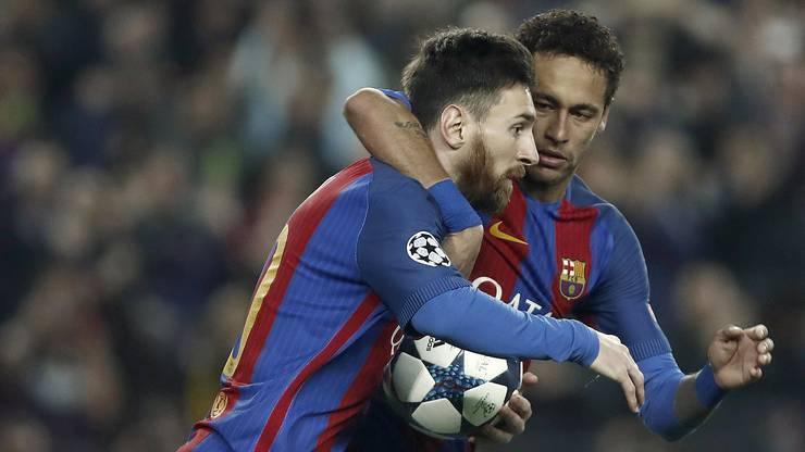 Messi (links) jubelt mit Teammitglied Neymar.
