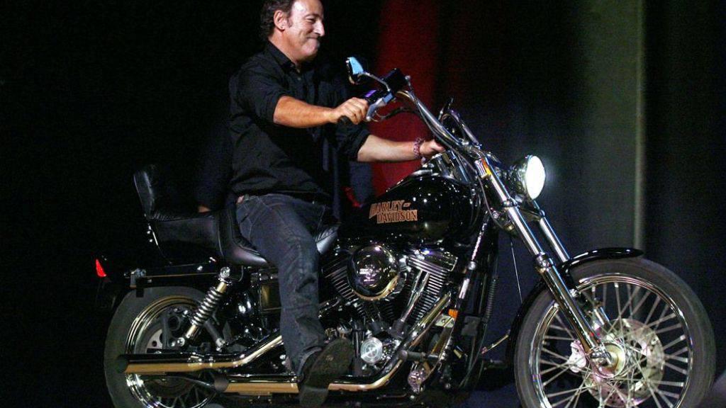 Bruce Springsteen - hier auf seiner Harley Davidson Dyna Wide Glide - hat auch eine Moto Guzzi. Als die kürzlich versagte, leisteten vier ältere Herren Pannenhilfe. Dafür gab's Bier und Selfies. (Archivbild)