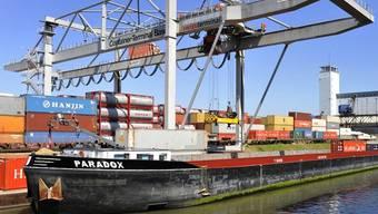 Im Basler Hafen ist derzeit einiges los (Symbolbild)