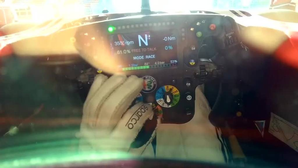 Kimi Räikkönen nimmt euch im Cockpit mit