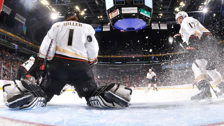 Kein Torhüter in der National Hockey League hat mehr Arbeit als Jonas Hiller: Der Schweizer ist die Lebensversicherung im Tor der Anaheim Ducks. Jamie Sabau/Getty Images