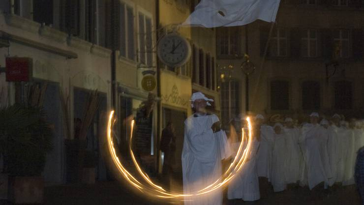 Kurz nach Mitternacht joggeln die Schützen durch die Altstadt