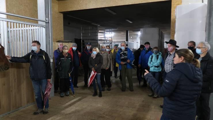 Ursula Studer erklärt uns die Pferde- und Zebu Haltung auf dem Raihof