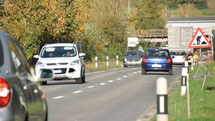 Die SBB-Unterführung und die Angliker Bünzbrücke lassen den Verkehr (rund 7000 Fahrzeuge täglich) auf der Nutzenbachstrasse stocken. Das soll sich schon bald ändern.