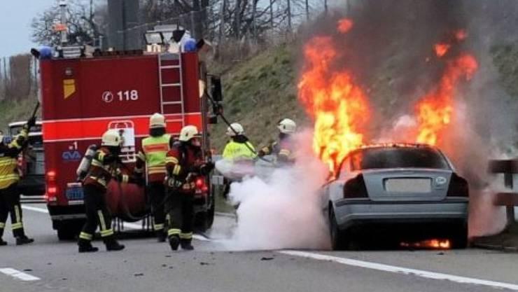 Feuerwehreinsatz auf der Autobahn: Im St. Galler Rheintal ist ein Auto ausgebrannt.