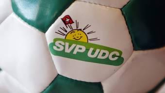 Das Logo der SVP auf einem Fussball (Archiv)