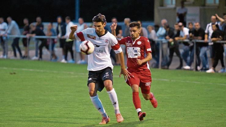 Ein Sinnbild für die bisherige Saison: Der Winterthurer Silvan Kriz hat den Ball – der Dietiker Miguel Serra Cruz kommt zu spät.