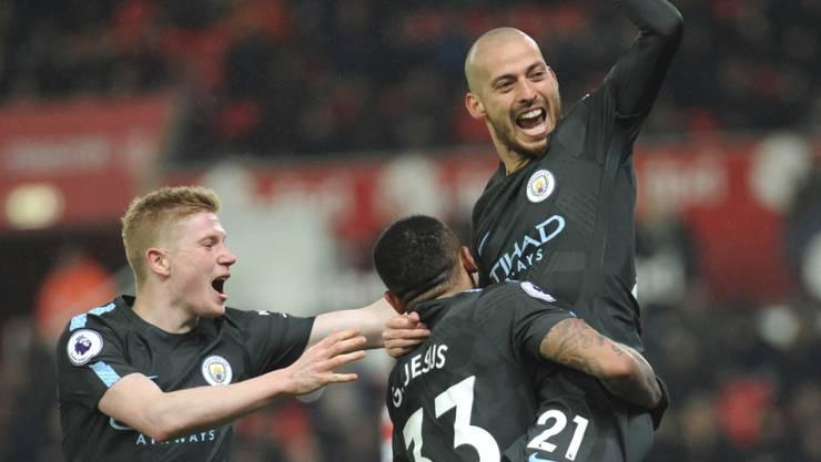 Keine Haare, aber viel Freude: Manchester Citys Doppeltorschütze David Silva (rechts) wird gefeiert