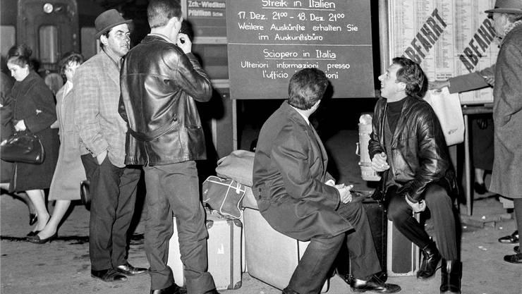 Italienische Arbeiter warten auf den Zug Richtung Italien. KEYSTONE