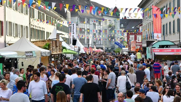 Menschenmassen im vergangenen Jahr; auch die vierte Auflage des Street Food Festivals vom 19. bis 21. Mai soll in Olten wieder ein Renner werden.